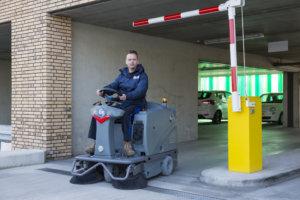 parkeergarages reinigen met veegmachine
